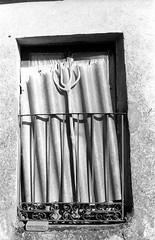 Bieldo en la ventana (rodrigo.blackburn) Tags: blackandwhite window spain europe burgos tool agricultura castillaylen fujiacross100 olympusom2n d7611 nikoncoolscaniv zuiko50mm18 bieldo sanmillandelara