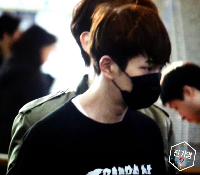 160328 Onew @ Aeropuerto de Incheon {Rumbo a China} 25988191882_4d5c29d103_z