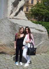Vorm Hrdlicka-Denkmal am Albertinaplatz