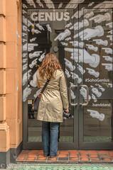 DSC_0915.jpg (Sav's Photo Gallery) Tags: london streetphotography genius pointing savash