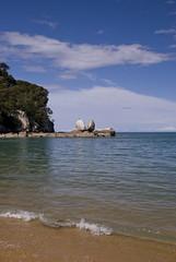 Tokangawh / Split Apple Rock (wirsindfrei) Tags: ocean newzealand beach nature landscape nationalpark nikon abel tasman kaiteriteri abeltasman neuseeland splitapplerock nikond60 tokangawh