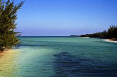 Bahamas 1989 (377) Eleuthera: Spanish Wells, St. George's Cay (Rüdiger Stehn) Tags: analog 35mm meer wasser natur slide dia scan insel 1989 bahamas amerika 1980s landschaft eleuthera atlantik thebahamas karibik mittelamerika contax137md spanishwells analogfilm kleinbild stgeorgesisland canoscan8800f kbfilm westindischeinseln outislands 1980er stgeorgescay familyislands diapositivfilm