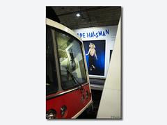 La Marylin d'Halsman et reflet dans le métro (Gongashan) Tags: paris métro halsman