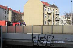 75 Bundesplatz - A100 (unterwegs_in_berlin) Tags: feuerwehr a100 bundesplatz sbahnhof einsatzwagen 75fnfundsiebzigseventyfiveberlingraffitidach
