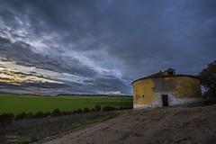 El viga del valle. (Anpegom fotografa) Tags: espaa verde azul rural atardecer spain arquitectura nikon cereal valladolid nubes d750 palomar ocre castilla castillaylen 1635vr anpegom
