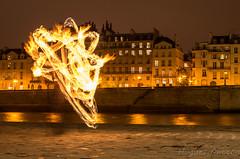 Feu sur Paris (hugues mitton) Tags: lightpainting paris lumire nuit feu jongleur quaidelatournelle poselente