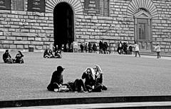 comodamente seduti per terra (lory6093) Tags: italia persone firenze pitti bianconero