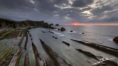 Liencres (Luis Corts Zacaras) Tags: sol mar playa nubes puesta cantabria liencres