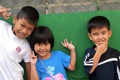 children who twist and turn (the foreign photographer - ) Tags: two boys girl turn portraits children thailand three nikon bangkok twist khlong bangkhen thanon d3200 jan232016nikon