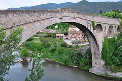 Pont du Diable (1321-1341) sur le Tech, Cret, Vallespir, Roussillon, Pyrnes Orientales, Languedoc, France. (byb64) Tags: bridge france rio river puente town frankreich europa europe village tech fiume eu ciudad rivire 66 ponte stadt pont 14th brcke fluss francia roussillon middleages ville citta ue medioevo fleuve 1300 languedocroussillon moyenage pyrnesorientales rossell cret trecento edadmedia xive vallespir roselln rossiglione linguadocarossiglione languedocroselln pireneiorientali pirineosorientales llenguadocrossell pirineusorientals pirenusorientals