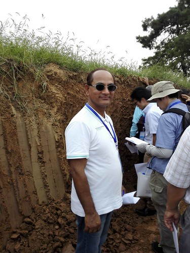 "NSSS president describing a soil profile • <a style=""font-size:0.8em;"" href=""http://www.flickr.com/photos/139646224@N06/24492780682/"" target=""_blank"">View on Flickr</a>"