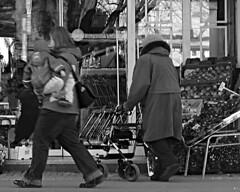 Schwarzweiß ohne Titel (Rüdiger Stehn) Tags: 2000er 2016 2000s europa mitteleuropa deutschland germany norddeutschland schleswigholstein schwarzweis schwarzundweis monochrom blackwhite blackandwhite bw stadt strase menschen leute monochrome canoneos550d kielwik kiel