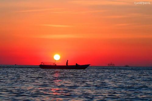 #sunset #kupang #lasiana #beach #senja #silhouette #humaninterest #landscape #sunsethunter #landscaper_id #indonesiaphotography #indonesiajuara #natgeo #travel #travelgram #photosociety #Indonesia #bajaklaut_id