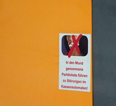 Strungen im Kassenautomaten. (universaldilletant) Tags: signs schilder sign schild mund rathen strung parkticket kassenautomat