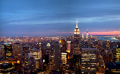Tramonto a Manhattan (Reflexionist) Tags: light sunset red panorama ny newyork skyscraper landscape lights nikon tramonto skyscrapers outdoor manhattan perspective cities cielo metropolis luci eveningsky grattacielo rosso luce topview sera citt prospettiva d60 allaperto grattacieli metropoli nikond60 vistadallalto nikonitalia sunsetinmanhattan reflexionist tramontoamanhattan