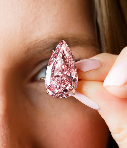 Розовый алмаз в 15,38 карата