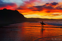 Surfista en Sopelana al atardecer (Mimadeo) Tags: sunset red sea summer sky man beach silhouette evening spain surf dusk surfer board shoreline surfing shore surfboard rider bizkaia euskalherria euskadi vizcaya basquecountry paisvasco sopelana sopela
