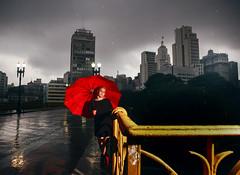O gurda-chuva vermelho (Luiz Casimiro Fotografia) Tags: city cidade brasil photo foto sopaulo centro umbrela imagem redumbrella viadutosantaifignia guardachuvavermelho