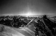 Les Visiteurs de Cimes (Frdric Fossard) Tags: texture alpes altitude horizon grain glacier corniche neige chamonix contrejour alpinisme montblancdutacul hautesavoie alpiniste corde massifdumontblanc artes