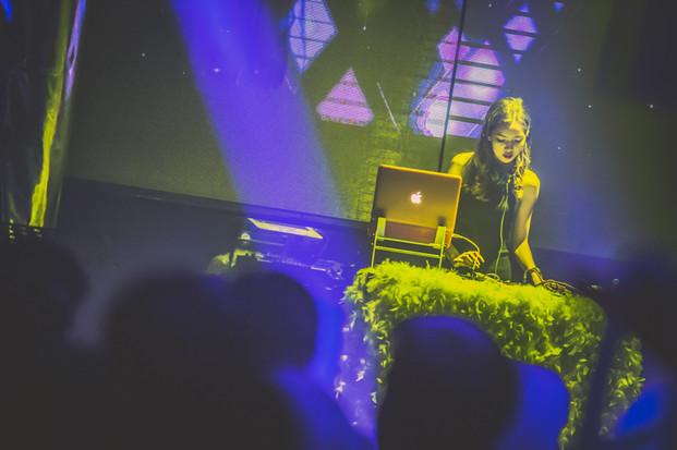 DJ Pink របស់ប្រទេសកម្ពុជា និងតារាចម្រៀងមកពីប្រទេសថៃក្នុងកម្មវិធីHennessy Artistry Club Series ឆ្នាំ2016នៅក្លឹប Boss