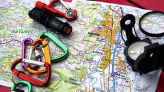 Pamiers sur la carte (Jorge Franganillo) Tags: france map flashlight clasp mapa francia compass carte arige linterna brjula mosquetn midipyrnes clasps mousqueton mosquetones mousquetons