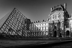 Louvre et Pyramide du Louvre (Michel Dancoisne) Tags: paris france photographie noiretblanc louvre michel iledefrance personnes lieux pyramidedulouvre dancoisne