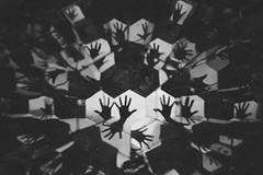 (Camila Iquiene) Tags: blackandwhite espelho mirror hand kaleidoscope pretoebranco mo   caleidoscpio inhotim