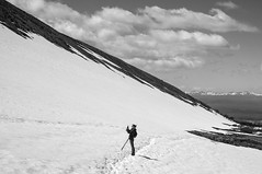 Pequena natureza (renanluna) Tags: sky blackandwhite bw woman mountain snow nature argentina clouds tierradelfuego ushuaia fuji natureza mulher monochromatic pb cu neve fujifilm arg 54 pretoebranco monocromia montanha nvens x100 renanluna fujifilmfinepixx100