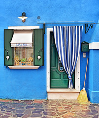 CASA BLU (Sizun Eye) Tags: door blue venice windows italy beautiful shop island nikon colorful couleurs curtain decoration vert bleu boutique shutters d750 porte tamron venise fentre f28 broom italie rideau burano volets balai okno 2470mm drzwi wenecja wlochy okiennice sizun tamron2470mmf28 sizuneye
