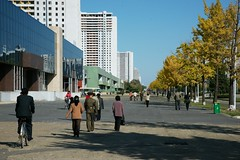 Pyongyang street scene (Frhtau) Tags: life road street city people building bus public by architecture del square asian design town wire scenery asia do leute crossing traffic outdoor trolley centre main capital hauptstadt north transport culture scene korea du daily laden east korean transportation stadt architektur verkehr gebude nord norte pyongyang core corea dprk nahverkehr  fussgnger  coria passanten coreia passers nordkorea    landstrase  gebudekomplex      choxin