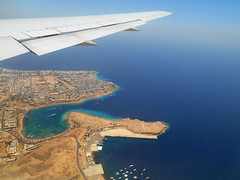 Windowseat above Sharm-El-Sheikh (antony5112) Tags: city houses sea costa plane boats coast fly mare egypt sharmelsheikh barche case volo aereo egitto sinai windowseat citt