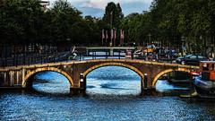 Cruzando el puente (Miradortigre) Tags: bridge brick ladrillo amsterdam puente arch netherland holanda arco