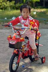 colorful clothes, colorful tricycle (the foreign photographer - ) Tags: portrait female thailand nikon colorful child bangkok tricycle clothes bang bua khlong bangkhen d3200 dec192015nikon