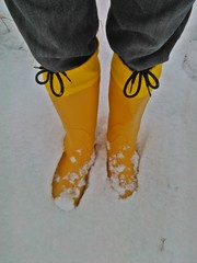 Classic yellow wellies in the snow (northseaboy) Tags: schnee snow rain station train river wasser boots zug rubber jeans riding nora gelb wellingtonboots bahn wellies waders rubberboots gummistiefel wellingtons gummihandschuhe gayrubber reitstiefel watstiefel gummistvlar gummireitstiefel regensachen