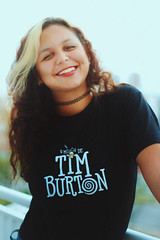 O Mundo de Tim Burton (TheJennire) Tags: camera light portrait people luz girl smile face fashion shirt self canon hair cores photography photo colours foto young makeup style colores teen indie fotografia curlyhair fangirl fandom camara cabelo pelo timburton cabello tumblr omundodetimburton
