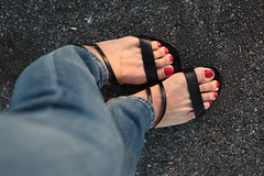 Hannah (IPMT) Tags: blue red west sexy feet foot rojo zoya toes painted nine hannah cream polish vermelho jeans pedicure sandal toenails sandalias ocre toenail pedi crimsom securitie