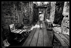 El artista entre turistas (meggiecaminos) Tags: bw woman white black blanco temple donna mujer ruins cambodia artist negro tourist bn ruinas siemreap bianco nero templo artista turista rovine tempio angkortemples camboya bateaysamre
