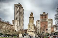 Plaza de Espaa... (Leo ) Tags: madrid plaza arquitectura gente monumento escultura urbana olivos cervantes plazadeespaa edificioespaa torredemadrid donquijoteysanchopanza