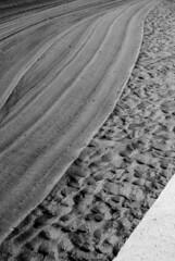 Caricia lunar (Sili[k]) Tags: shadow bw espaa white abstract black byn blanco beach lines sand nikon shadows y curves negro sombra playa minimal arena conceptual minimalismo sombras almera abstracta curvas lneas nikonistas zapillo d3000