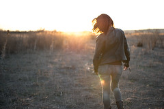 Walking on Sunshine (B l u e A i r) Tags: park sunset red sunlight girl beauty field landscape atardecer mujer model chica country redhead campo modelling pelirroja