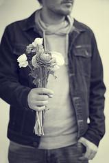 Bouquet (Graella) Tags: flowers portrait people man flores hands gente retrato manos bn mans bouquet ramo hombre proyecto ramillete 52semanas