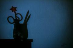 El bote de la inspiracin (sombras 2) (Elsa Fdez) Tags: sombra estrella bote lpiz tijeras