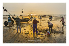 Y8148.0413.Sm Sn.Thanh Ha (hoanglongphoto) Tags: life morning sea sky people sunlight color beach canon asian asia outdoor vietnam draught bin sunriset sunnymorning colorimage mu smsn peoplefishing thanhha nng cucsng bnhminh ithng grouppeople dalylife ngoitri bibin conngi chu ngnam samsonbeach buisng nngsm koli phili cucsngthngngy dnchi canoneos1dx bibinsmsn nhmu canonlensef35mmf14lusm nhmngi peoplesfishing ngidnchi