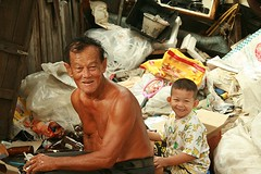 helping grandpa recycler (the foreign photographer - ฝรั่งถ่) Tags: portraits canon thailand kiss bangkok grand son grandpa recycle materials khlong bangkhen thanon 400d