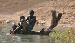 DSC_0812 (pompamiel) Tags: du berges fleuve sngal jeunes garons