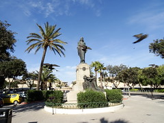 Valletta, Malta (Hristo Takev) Tags: blue sky monument pigeons malta valletta palmas