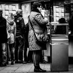 Mahlzeit (S. Boblest) Tags: street blackandwhite canon person essen fastfood menschen mülleimer bnw mittag personen mensch tasche mahlzeit schwarzweis strase menschenschlange canon70d