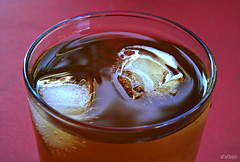 Icebergs in the tea (Franco DAlbao) Tags: red ice glass lumix rojo tea drink cha hielo vaso bebida t dalbao francodalbao
