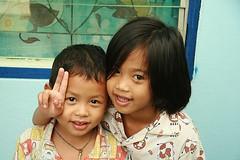 cute children sending you peace (the foreign photographer - ฝรั่งถ่) Tags: boy cute girl sign portraits canon children thailand kiss peace bangkok khlong bangkhen thanon 400d