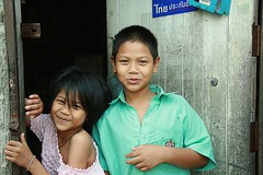 brother and sister in their doorway (the foreign photographer - ) Tags: portraits canon children thailand kiss sister brother bangkok doorway khlong bangkhen thanon 400d